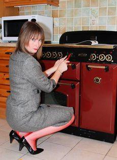 Женщина 45ти лет в красном нижнем белье - фото #