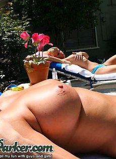 Полу голые блондинки обливаются водой - фото #