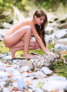 Голая девушка у горного ручья - фото #