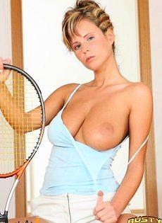 Голая дамочка с ракеткой - фото #