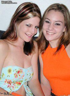Две девушки облизывают соски - фото #