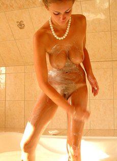 Милая Мила в ванной - фото #