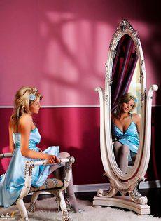 В чулках перед зеркалом - фото #
