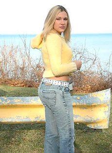 Блондинка показывает свои трусики на улице - фото #