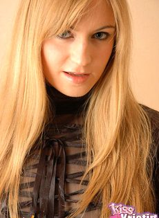 Блондинка с мечом в руках - фото #