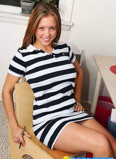 Красивая девушка раздевается у себя в комнате - фото #