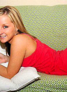 Блондинка в розовых трусиках красиво становится раком - фото #