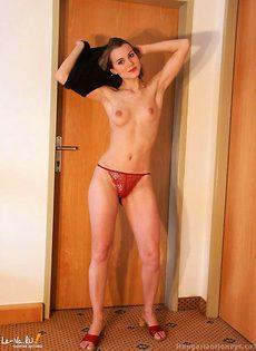 Девушка трёт трусиками свою вагину - фото #