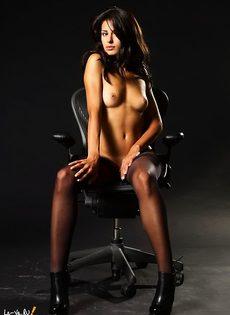 Секси-герл на стуле - фото #