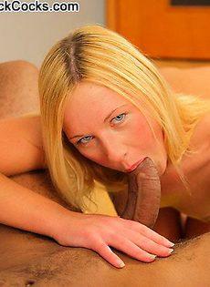 Блондинку насадили на большой фалос - фото #