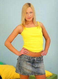 Блондинке нравятся молодые парни - фото #