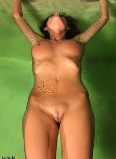 Линда в бассейне - фото #