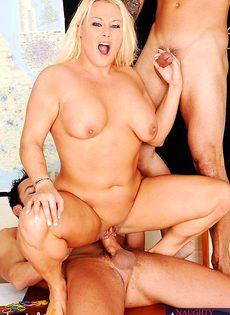 Полная блондинка обрабатывает два члена - фото #