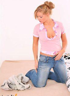 Весёлая блондинка позирует на фото камеру - фото #