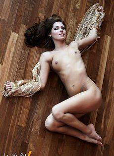 Сногсшибательная Cipriana демонстрирует свою киску прямо на полу - фото #