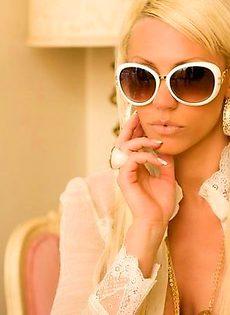 Потрясная блондинка с огромной грудью - фото #