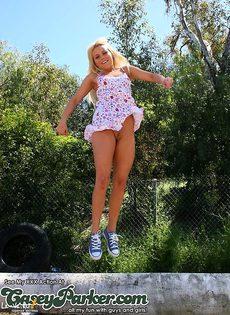 Шикарная блондинка задирает своё платье на улице - фото #