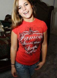Девушка в джинсах и без трусиков - фото #