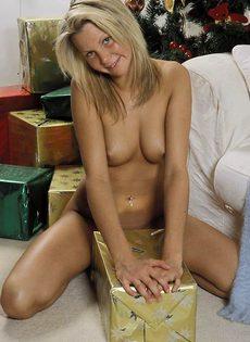 Блондинка любит раздвигать свои ножки - фото #