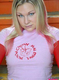 Блондинка в сексуальном нижнем белье - фото #