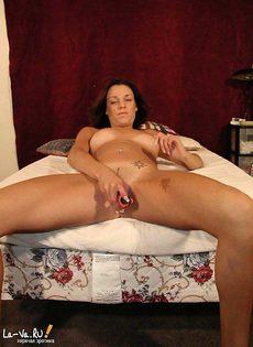 Возбуждёная девушка мастурбирует на кровати - фото #10