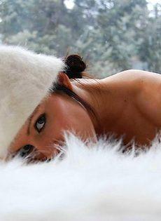 Голая девушка на белом ковре - фото #