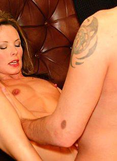 Мужик трахнул красивую женщину на диване - фото #