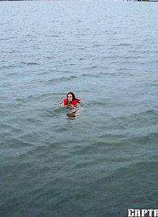 Девушку трахнули и выкинули с яхты - фото #