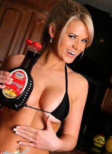 Блондинка обливает себя соусом - фото #