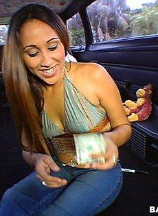 Девушку насадили прям в машине - фото #