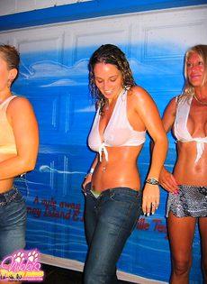 Девушки в белых мокрых майках - фото #