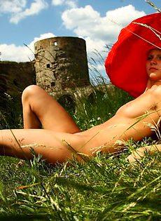 Марина в красной шляпе - фото #