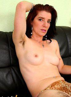 Зрелая брюнетка с небритой пиздой - фото #