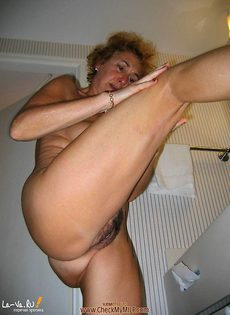 Дамочка бальзаковского возраста решила подмыть свою пизду - фото #