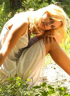 Милый ангел на лужайке - фото #