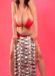 Огромные груди мешают стоять Сабрине - фото #