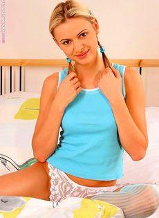 Блондинка играется со своей киской - фото #