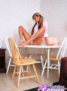 Девушка работает своим розовым самотыком - фото #