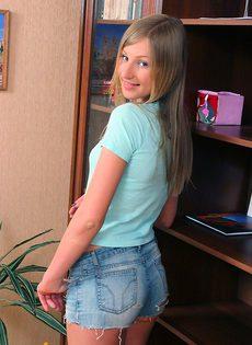 Весёлая девушка показывает свои половые губки - фото #