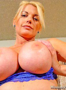 Женщина с большими сиськами верхом на члене - фото #