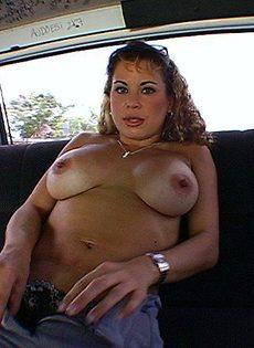 Женщину трахнули в машине - фото #7