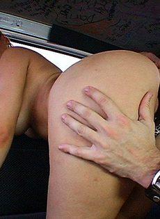 Женщину трахнули в машине - фото #10
