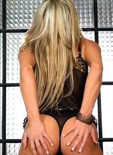 Горячая блондинка  показывает свои формы - фото #
