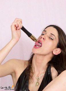 У девушки торчит из вагины самотык - фото #