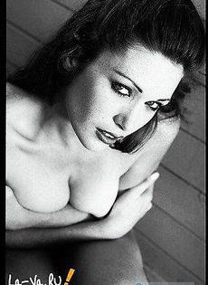 Красивая девушка очень сексуально позирует - фото #