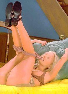 Блондинка развлекается на кровате - фото #