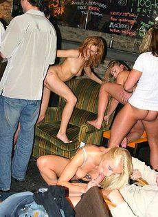 Девушек трахают на пати - фото #