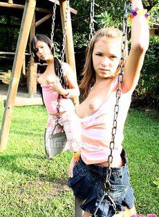 Полу голые девушки катаются на качели - фото #