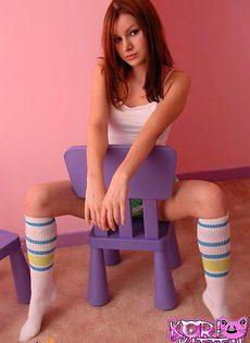 Милая девушка прекрывает свои сосочки - фото #