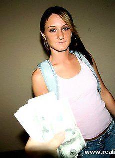 Худенькую девушку трахнули и дали денег - фото #